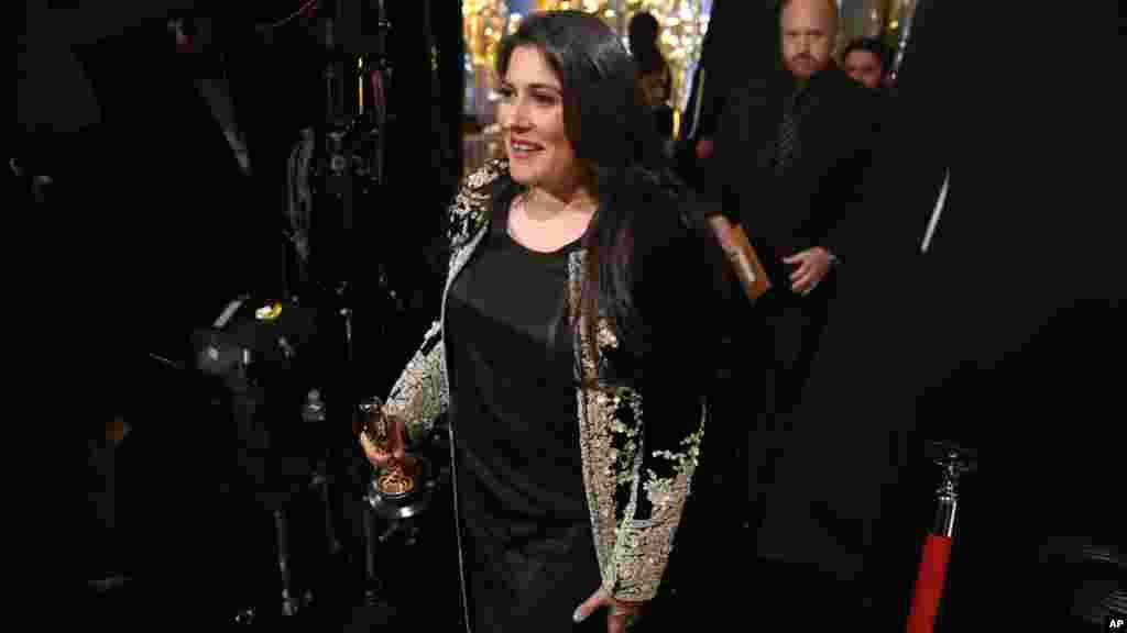 Sharmeen Obaid-Chinoy, gagnant du prix du meilleur documentaire, pose dans les coulisses de la cérémonie, 28 février 2016