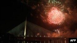Most na Adi preko Save uBeogradu je svečano otvoren u ponoć paljenjem dekorativnog osvetljenja i novogodišnjim vatrometom.