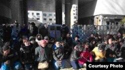 中国各地艾滋病受害者在民政部前上访下跪(参与网图片)