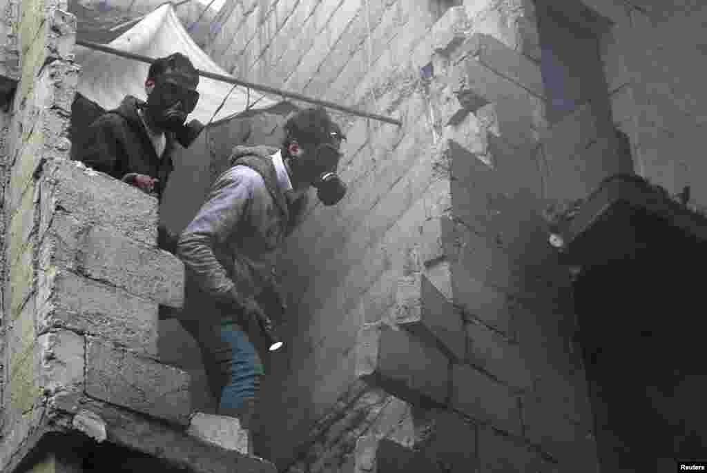3일 시리아 알레포의 반군 점령지역에서 정부군의 포격 직후 구조에 나선 주민들.