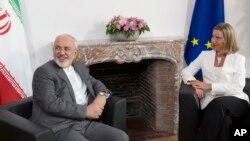 La jefa de política exterior de la Unión Europea, Federica Mogherini, a la derecha, se reúne con el ministro de Asuntos Exteriores iraní, Javad Zarif, antes de una reunión de la E-3 e Irán en el edificio Europa en Bruselas el martes 15 de mayo de 2018.