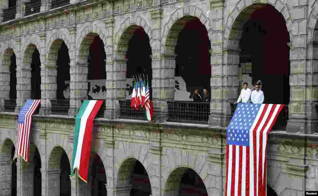 미국 바락 오바마 대통령이 멕시코를 방문한 가운데 멕시코시티 대통령궁에 미국 성조기와 멕시코 국기가 나란히 걸려있다.