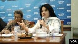 Juru bicara Kementerian ESDM Saleh Abdurahman dan anggota DPR Fraksi PDIP, Dewi Aryani. (VOA/Iris Gera)