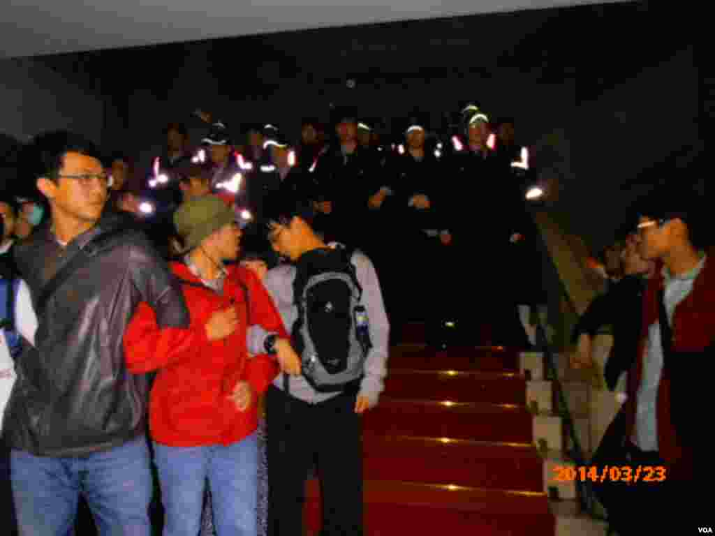 Police prevent protesters from going to the second floor of Taiwan's Cabinet offices, Taipei, March 23, 2014. (Shen Hua/VOA)