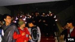 台湾行政院的警察阻止反服贸协议的学生冲上二楼(美国之音申华拍摄)