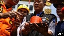Kotak hitam pesawat Lion Air penerbangan JT 610 berhasil ditemukan oleh penyelam di Laut Jawa, Kamis 1/11 (Courtesy: detikcom).