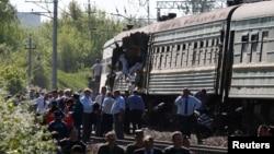 Người dân tụ tập gần một tàu chở khách bị hư hại trong một vụ va chạm với một tàu chở hàng ở phía nam Moscow, ngày 20/5/2014.