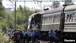 Tabrakan kereta api penumpang dan kereta api barang di dekat kota Naro-Fominsk, 55 kilometer di sebelah selatan Moskow (20/5).