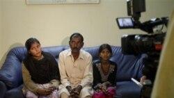 عاشق مسیح شوهر آسیه بی بی به همراه دو دخترشان با خبرنگاران در باره حکم اعدام زنش گفتگو می کند