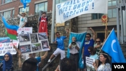 Masyarakat muslim Uighur di AS melakukan unjuk rasa Washington DC memrotes keputusan Thailand mendeportasi 109 muslim Uighur ke China (foto: dok).