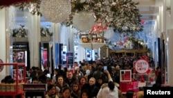 """Warga berbelanja barang-barang di Macy's Herald Square Jumat dini hari dalam musim belanja tahunan """"Black Friday"""" di Manhattan, New York, 23 November 2017."""