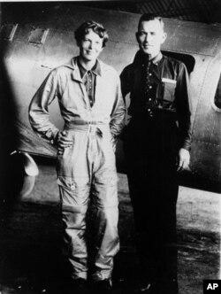 آملیا ایرهارت و کمک خلبانش، «فرد نونن»، پیش از پرواز تاریخی اش در اواخر ماه مه ۱۹۳۷