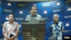Menko Chairul Tanjung didampingi Menteri Pertanian Suswono (kiri) dan Kepala Bulog, Sutarto Alimoesa (kanan) (Foto: VOA/Iris Gera)