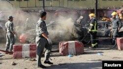Avgansitanska policija i vatrogasci na mestu eksplozije u Džalalabadu (Foto: Reuters)