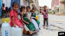 Anak-anak Yaman yang terlantar dari provinsi Hodeida, duduk di atas jerigen air di sebuah jalan di barat daya kota Yaman di Taez, 30 September 2018. (Foto: dok).