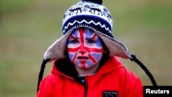 Un niño con la cara pintada con los colores británicos participa en un desfile previo al referendum que se realiza este lunes en las islas Malvinas o Falklands.