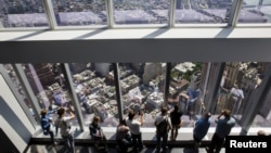 Para pengunjung Observatorium One World Trade Center yang baru dibuka di New York (29/5). (Reuters/Lucas Jackson)