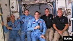 美國太空人道格拉斯·赫爾利和鮑勃·本肯到達國際太空站。