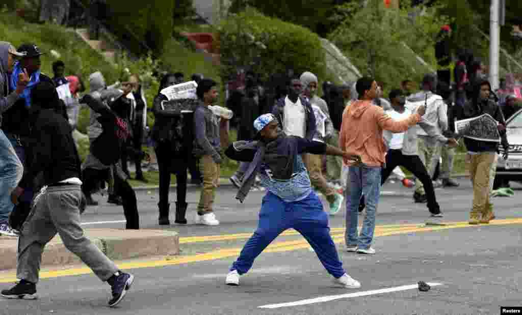 Manifestantes lanzan piedras a la policía.