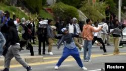 Freddie Gray-in dəfninin ardınca nümayişçilər polislə toqquşur. Baltimor, Merilend. 27 aprel, 2015.