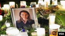 Miles de personas dejan velas encendidas, cartas y oraciones frente al hospital pidiendo por la recuperación de la congresista Gabrielle Giffords.