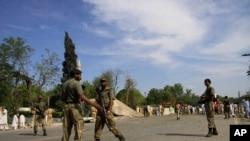 خودکش حملے کے فوراً بعد سکیورٹی فورسز بشمول پولیس کے اہلکار موقع پر پہنچے جنہوں نے زخمیوں کو قریبی فوجی اسپتال منتقل کیا۔ (فائل فوٹو)