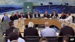 Các thành viên của Quốc hội Anh trong cuộc họp báo để công bố phúc trình về vụ nghe lén điện thoại của tờ báo News of the World, ngày 1/5/2012