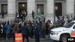 У здания Апелляционного суда в нижнем Манхэттене, Нью-Йорк. 6 февраля 2013 года