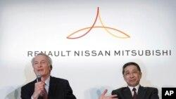 Pemimpin perusahaan Renault, Jean-Dominique Senard (kiri) bersama CEO Nissan Hiroto Saikawa dalam konferensi pers di kantor pusat Nissan di Yokohama, 12 Maret 2019. (Foto: dok).