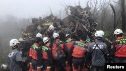 台灣救援人員在搜救軍方一架美製黑鷹直升機在東北部烏來山區失事後的遇難者。(2019年1月2日)
