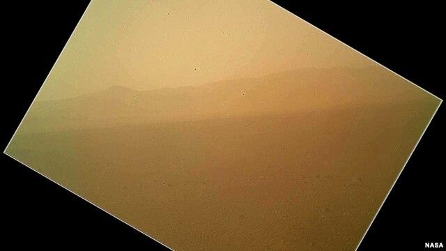 Gambar berwarna pertama tentang daratan Mars yang dikirim Curiosity menunjukkan pemandangan coklat kemerahan dari dasar kawah Gale (7/8).