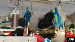 在潮州生产高档礼服的台商工厂的工人