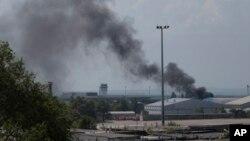 Дым над аэропортом в Донецке. Украина. 26 мая 2014 г.
