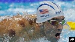 El nadador estadounidense Michael Phelps mostró las manchas en su cuerpo cuando ganó la final de los 400 metros en relevo individual.