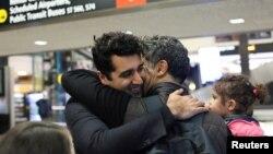 미국 영주권 소지자인 이란 국적 주민(왼쪽)이 6일 워싱턴주 시애틀 타코마 국제공항에서 구금됐다가 풀려난 형, 조카와 포옹하고 있다.