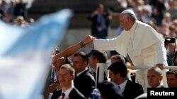 2013年9月18日羅馬教宗方濟在梵蒂岡聖伯多祿廣場會見教徒。