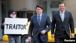 前川普總統競選陣營主席馬納福特(右)星期四在維吉尼亞州亞歷山德里亞的聯邦法庭作出無罪抗辯。