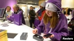 Los jóvenes entre 12 y 17 años en EE.UU. cada vez más tienen en sus manos un teléfono inteligente y prefieren el móvil para conectarse a internet.