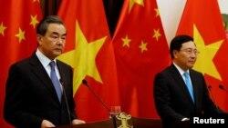 中國外長王毅與越南副總理兼外交部長范平明在河內會談後舉行新聞發佈會。(2018年4月1日)