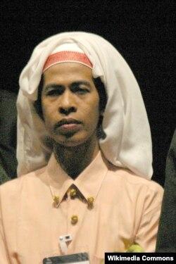 Bissu Puang Matoa Saidi, salah seorang dari sedikit golongan Bissu Bugis yang tersisa. (Foto: Wikipedia)
