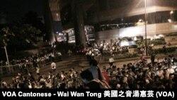 估計過千人參與學民思潮星期日晚發動,在灣仔君悅酒店附近,狙擊赴港的北京官員李飛的集會