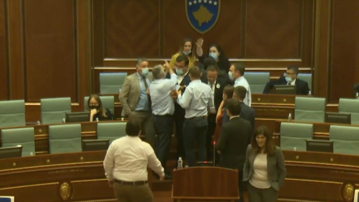 Tensionet ndërpresin seancën e parlamentit të Kosovës
