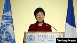 박근혜 한국 대통령이 30일 프랑스 파리 르부르제 공항 컨벤션센터에서 열린 유엔 기후변화협약 당사국 총회(COP21)에서 기조연설하고 있다.
