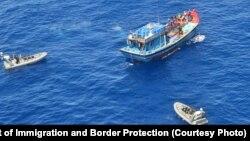 Một tàu đánh cá Việt Nam bị cho là đánh bắt bất hợp pháp bị lực lượng chức năng bao vây gần bãi đá ngầm Saumarez trong Khu bảo tồn biển Coral Sea của Úc. (Bộ Di trú và Bảo vệ Biên giới Úc)