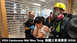 有市民不知道警方在德福花園商場施放催淚彈驅散示威者,被催淚煙波及,雙眼刺痛,由示威者護送到安全地點 (攝影:美國之音湯惠芸)