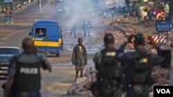 Satu kesatuan polisi anti huru-hara berjaga di wilayah pemimpin oposisi Tshisekedi di Kinshasa pasca pecahnya kekerasan terkait pengumuman hasil pemilu Kongo (Foto: dok).