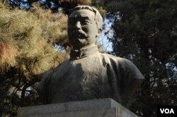 北京大学校园内李大钊之像。北大有中国共产党创始人李大钊之像,而容不下燕京大学校长司徒雷登的坟墓(美国之音拍摄)