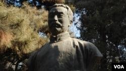 北京大学校园内李大钊之像。北大有中国共产党创始人李大钊之像,而容不下燕京大学校长司徒雷登之墓(美国之音拍摄)