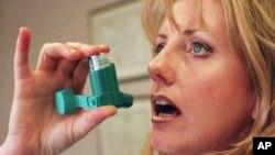 Penderita asma menggunakan inhaler. (Foto: Dok)