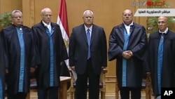 埃及得临时总统曼苏尔和法官(资料照片)